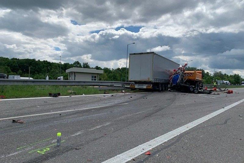 Na dálnici D2 u Lanžhota došlo k tragické nehodě. Řidič kamionu na místě zemřel.