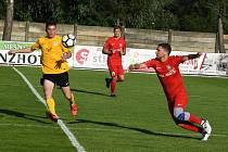 Po výhře nad Mutěnicemi odehráli fotbalisté Lanžhota (na snímku v červeném) dobrý zápas také v Rosicích.