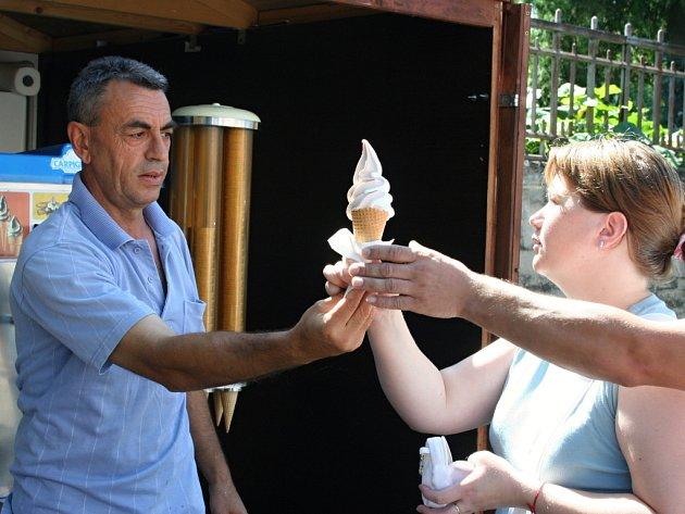 Aslani Šaban z Chorvatska prodává na Zámeckém náměstí v Lednici už sedm let pravou chorvatskou zmrzlinu. Foto: