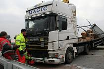 Několikahodinové uzavření dálnice si vyžádala dopravní nehoda, která se stala v pondělí (14. prosince) brzy ráno na dálnici poblíž Rakvic. Kamion zastavil provoz na dálnici, když zablokoval celkem tři jízdní pruhy.