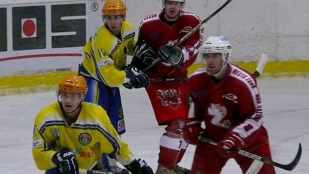 Břeclavští hokejisté (ve žlutém) doma bez problémů přejeli Žďár nad Sázavou.
