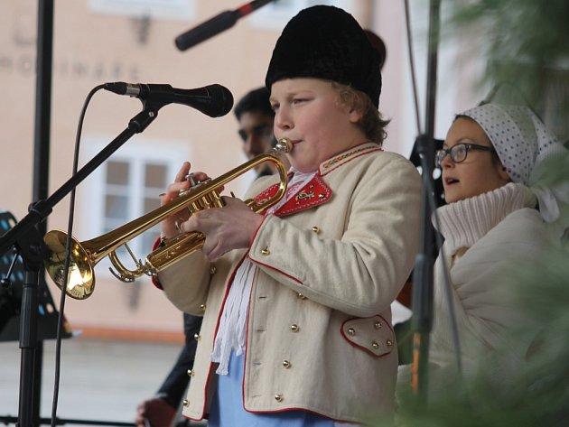 Vánoce pod radnicí nabídly v sobotu na mikulovském Náměstí hudební program i jarmark. Vystoupil dětský národopisný soubor Palavěnka a Palavánek, dále děti z mateřských škol, cimbálka či kapela Svítání.