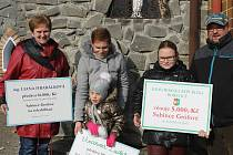 Peněžní šeky pro nemocnou Sabinku Grofovou z Němčiček předali dárci v sobotu dopoledne jí a její rodině. Při zahájení Putování za mladým vínem v Bořeticích.