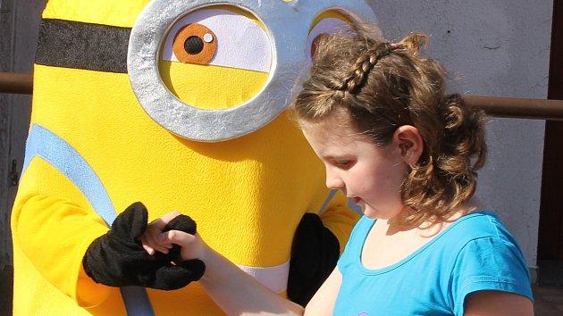 Otevření lanového centra: Paklíč pokřtil novou houpačku, děti soutěžily s Mimoni