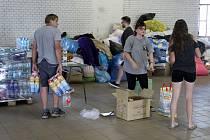 Příjmové středisko v Břeclavi se plní hromadou potřebných věcí pro zasažené tornádem.