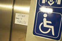 Na břeclavském vlakovém nádraží je týdny mimo provoz výtah na třetí nástupiště. Doplácí na to invalidé a maminky s kočárky.