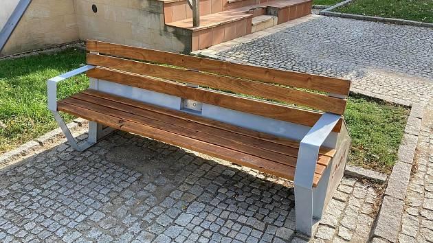 Mikulovská chytrá lavička se nově nachází před budovou městského kina.