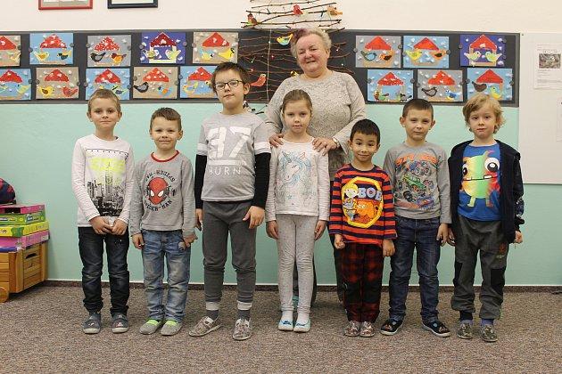 Žáci první třídy ze Základní školy vPerné střídní učitelkou Hanou Štanclovou.