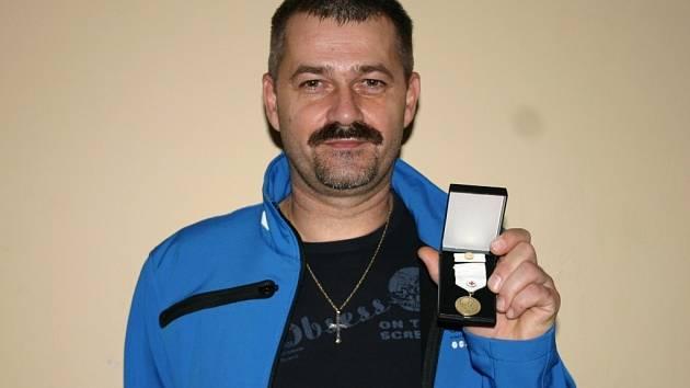 Šestačtyřicetilety Rudolf Dvořáček z Mikulova daroval poprvé krev před více jak dvaceti lety. Nyní si za dárcoství zasloužil zlatou plaketu.
