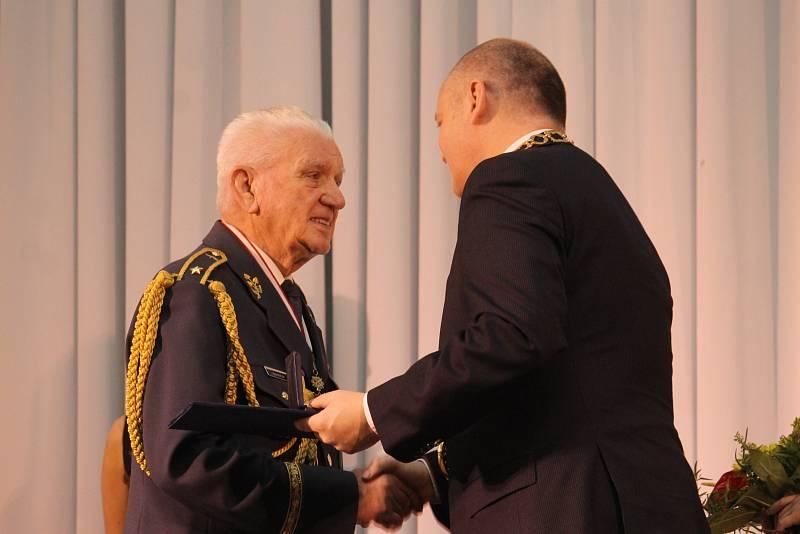 Multifunkční centrum Lednice hostilo v neděli večer slavnostní předání cen Jihomoravského kraje. Mezi oceněnými byl i Břeclavan David Bartoš za záchranu života.
