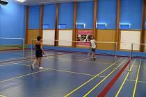 Pro příznivce pálek, košíků a nízkých sítí je tu výborná zpráva. Tenisová hala na ulici Haškova v Břeclavi prošla rozsáhlou renovací. Už se v ní nebudou nadále prohánět tenisté, ale hráči badmintonu.