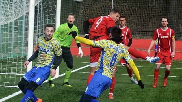 Fotbalisté MSK Břeclav (ve žlutomodrém) prohráli v generálce na jarní část divize s třetiligovým Hodonínem 2:6.