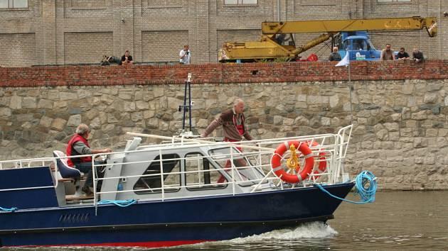 Sedmimetrový Jošt Moravský se může po Dyji plavit, i pokud bude v řece pouhých třicet centimetrů vody.