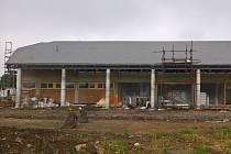 Už má hotová okna, omítky, topení i rozvody vody. Nový drnholecký kulturní dům získává konečnou podobu. Má být hotový koncem října, o dva měsíce později oproti původnímu plánu.