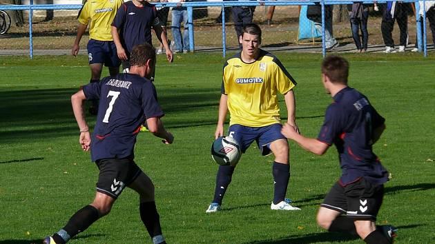 Břeclavští fotbalisté (ve žlutém) v duelu proti Rosicím - ilustrační foto.