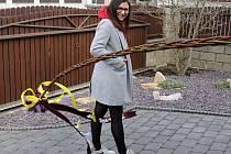 Krojovaná chasa vyrazila v pondělí do ulic Velkých Bílovic s pomlázkou, která měřila více než tři a půl metru.