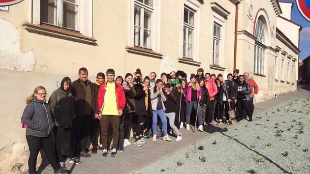 Žáci ze základní školy vyrazili do mikulovských ulic. Osadili květinové záhony tulipány, krokusy, nebo okrasným česnekem.