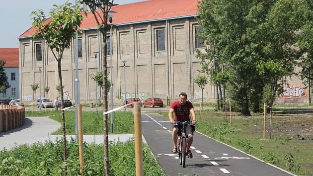 V areálu bývalého břeclavského cukrovaru už lidé využívají obousměrnou cyklostezku a chodník pro pěší kolem řeky Dyje.