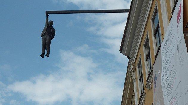 Až do konce srpna mohou lidé na mikulovském náměstí vidět sochu s názvem Viselec.