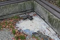 Rychle občerstvení má vedený odpad přímo do žlabu na chodníku.
