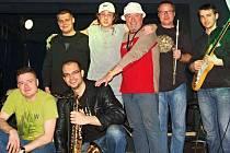 Kapela Solid Connexion hraje již deset let. Nejdříve jako trojice hudebníků vystupující pod názvem Pro klid duše. Dnes jako sedmičlenná parta. Ale již bez klávesisty Richarda Irgla (vlevo nahoře), kterého vystřídal Martin Kučera.