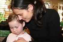 Děti vyráběly přáníčka ke Dni matek.