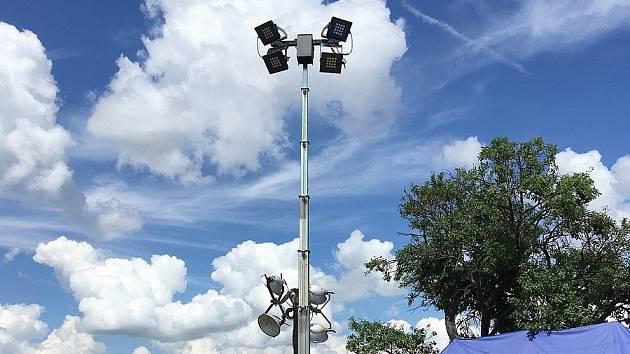 Energetická společnost do postižených obcí půjčila jedenáct hybridních světelných věží.