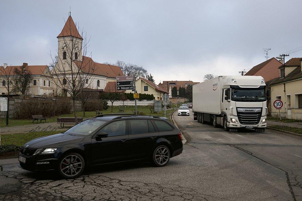 Objízdná trasa přes Dolní Dunajovice. Nový most přes novomlýnské nádrže u Pasohlávek na Brněnsku je před dokončením.