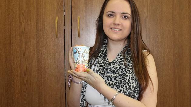 Žákyně základní školy ve Velkých Němčicích, patnáctiletá Gabriela Pilátová z Nosislavi, drží v ruce kelímek s její vítěznou kresbou. Teď zdobí miliony kelímků po celé republice.