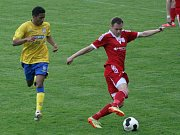 Fotbalisté Břeclavi (ve žlutém) podali proti Uničovu jeden z nejhorších výkonů jara.