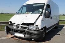 Při sobotní nehodě u Břeclavi se zranila řidička škodovky. Dodávka smetla osobní auto do příkopu.