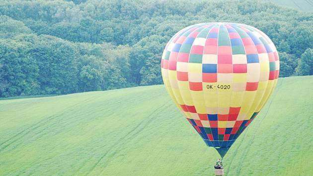 Milovice a také nebe nad Mikulovem ovládly v sobotu v podvečer nadšenci s horkovzdušnými balony.