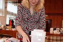 Hana Jagošová přepočítává tříkrálovou sbírku na břeclavském městském úřadě