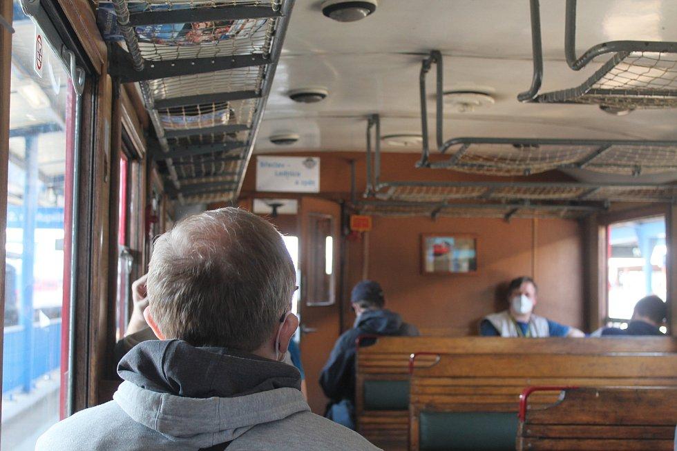 Cestující vlak při cestě na Lednici z velké části naplnili.
