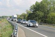 Kvůli špatnému stavu mostu u Pasohlávek tam od května řídí dopravu semafory a průjezdný je jen jeden jízdní pruh. Tvoří se tam kolony.