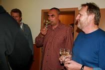 Ve volebním centru Pro Regionu v břeclavském hotelu Rose bylo v sobotu dlouho cítit napětí. Napínavý souboj o volební vítězství s ČSSD trval až do půl desáté večer. Teprve poté začalo v Rose bouchat šampaňské.