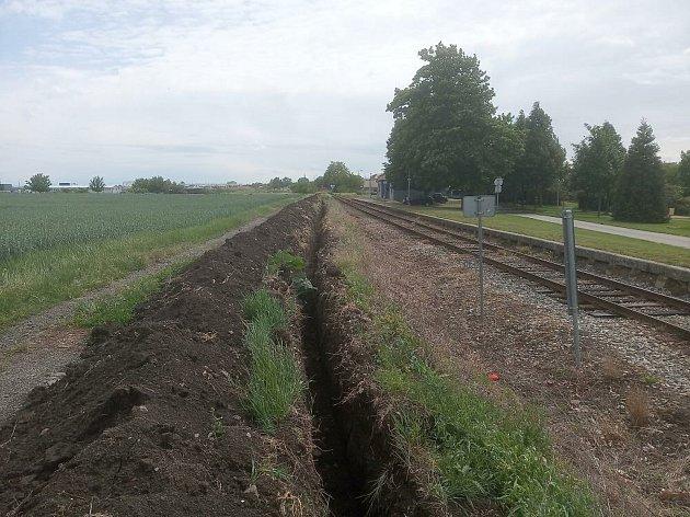 Ve Velkých Pavlovicích už začali dělníci spřípravami rekonstrukce železničního přejezdu vHodonínské ulici.