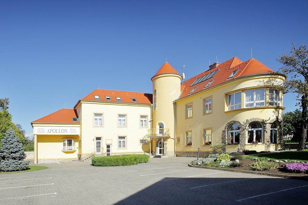 Valtická Rindlova vila, jak se jí říkalo po prvním majiteli, který ji nechal postavit v roce 1925, v minulosti sloužila i jako klinika. Před dvaceti lety byla přestavěna na hotel a dále modernizována, až do současné podoby hotelu.