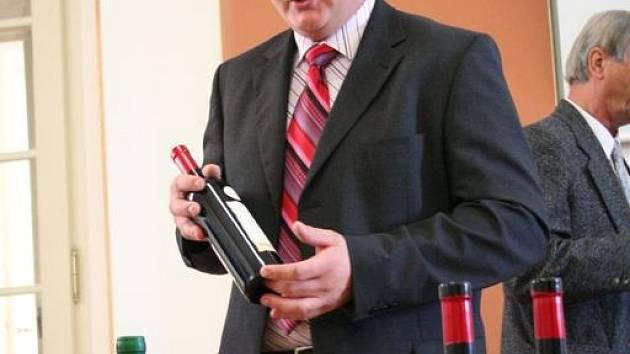 Sklepmistr Jaroslav Sedlák hovoří o vítězném červeném vínu.
