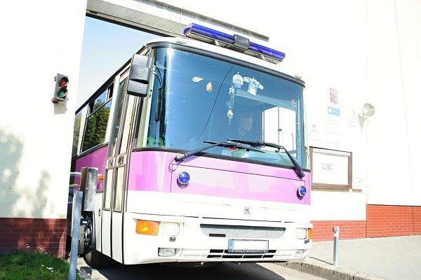 Zbřeclavské policejní stanice vyvezl běžence autobus.