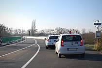 Řidičům osobních aut se před pár dny znovu otevřela opravovaná silnice mezi Podivínem a Lednicí. Na trase ale stále platí omezení. Na snímku auta stojí na červenou před mostem u Lednice.