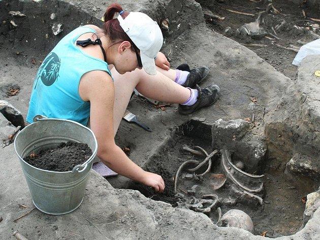 Hroby bez cenností a darů letos překvapily archeology na Pohansku. Odkryli ale základy stavby, nejspíše kostela.