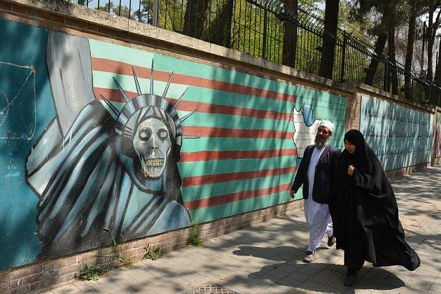 Zeď bývalé americké ambasády vTeheránu.