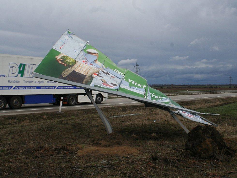 poničený bilboard u dálnice směrem na Bratislavu mezi sjezdem na Podivín a na Břeclav