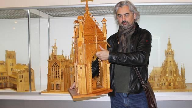 Šest dřevěných miniatur dominant Lednicko-valtického areálu vystavuje město Břeclav v těchto dnech v tamním domě školství.