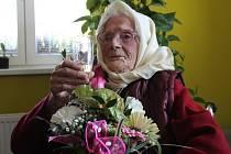 Ludmile Cenkové bude dvacátého dubna rovných sto let. S mírným předstihem už jí popřála ladenská starostka Renáta Priesterrathová.