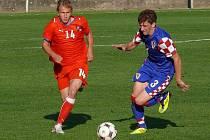 Jakub Matějka bojuje o míč s Chorvatem Lukou Lučičem.