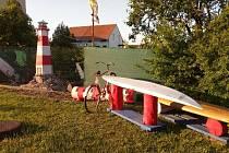 Plavil se na replice pirátské lodi, teď si u domu postavil Luděk Kocourek z Podivína alespoň maják.