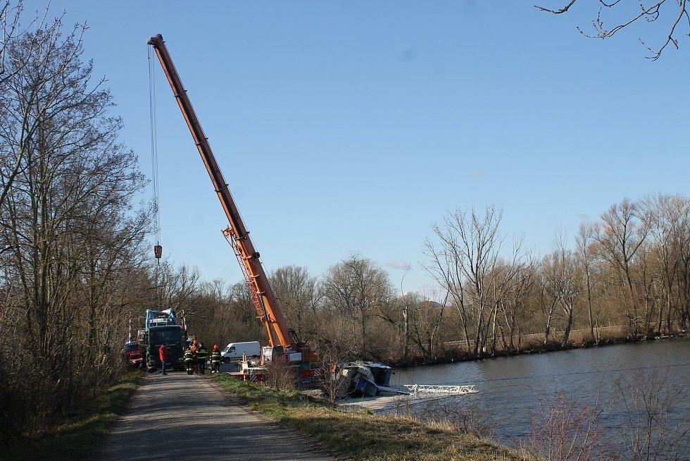 Do Nového rybníka u Mikulova se převrátil jeřáb. Ve vodě je 150 litrů oleje