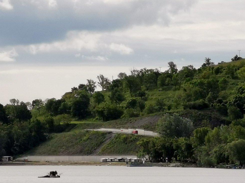Pohled na sanovaný svah se silnicí v Dolních Věstonicích.